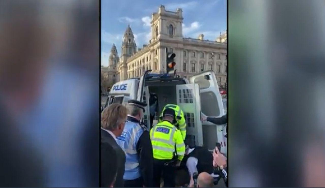 Mujer británica arrestada frente al Parlamento