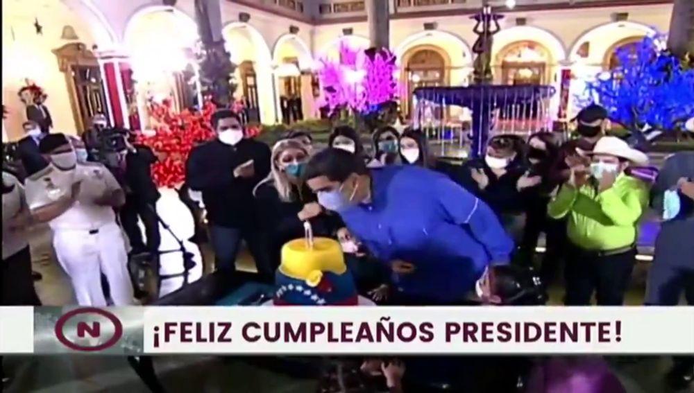 Maduro soplando velas con Mascarilla