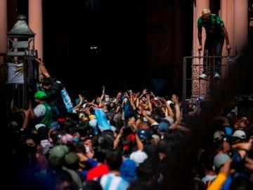 Cientos de aficionados entran desordenadamente en la Casa Rosada