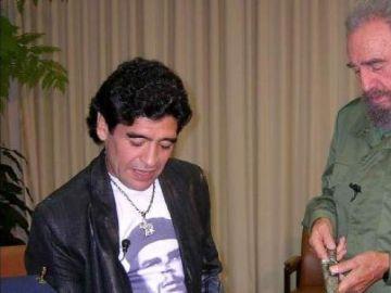 El peculiar 'homenaje' de Izquierda Unida a Maradona con Fidel Castro y la violencia machista