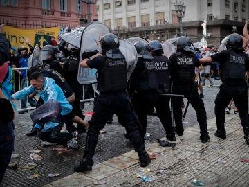 Incidentes entre policía y aficionados en Buenos Aires