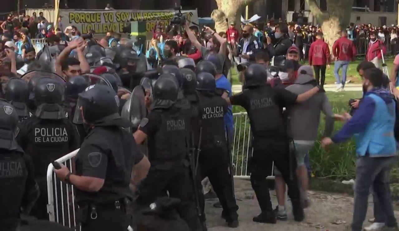 Primeros incidentes en el velatorio de Maradona con los antidisturbios cargando para contener la avalancha de hinchas