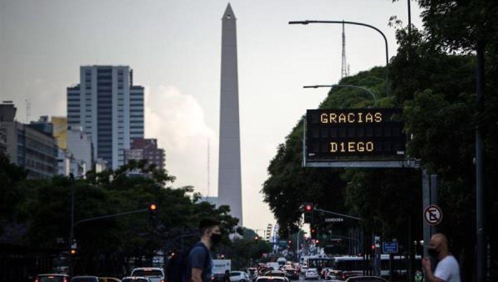 Imagen de un cartel de agradecimiento a Maradona en Buenos Aires