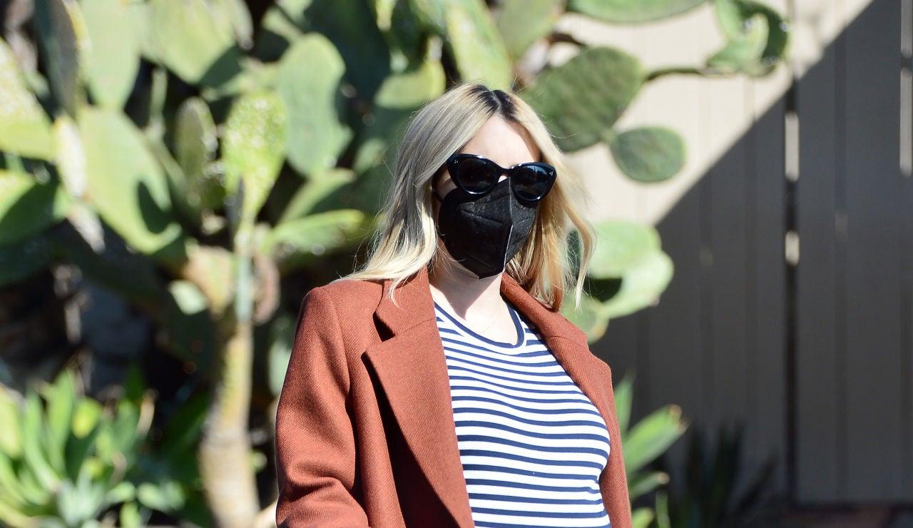 Emma Roberts presume de su barriguita de embarazada