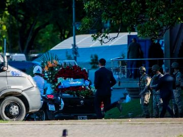 El cortejo fúnebre de Diego Armando Maradona sale de la Casa Rosada