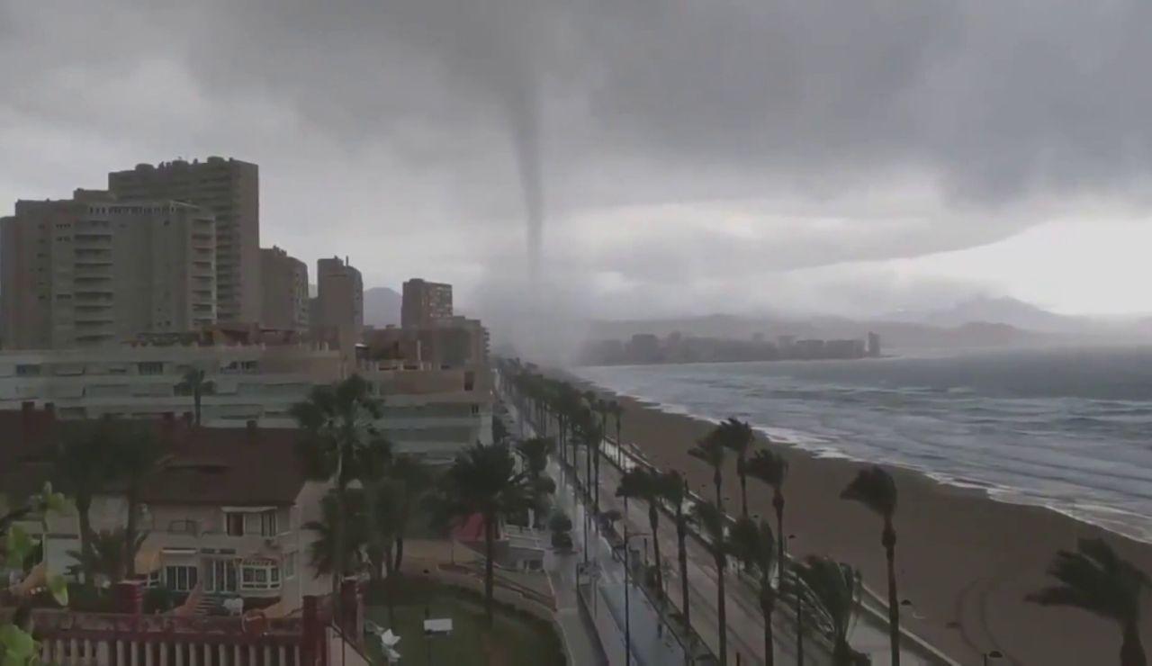 Momento en el que un gran tornado se acerca hacia Alicante.