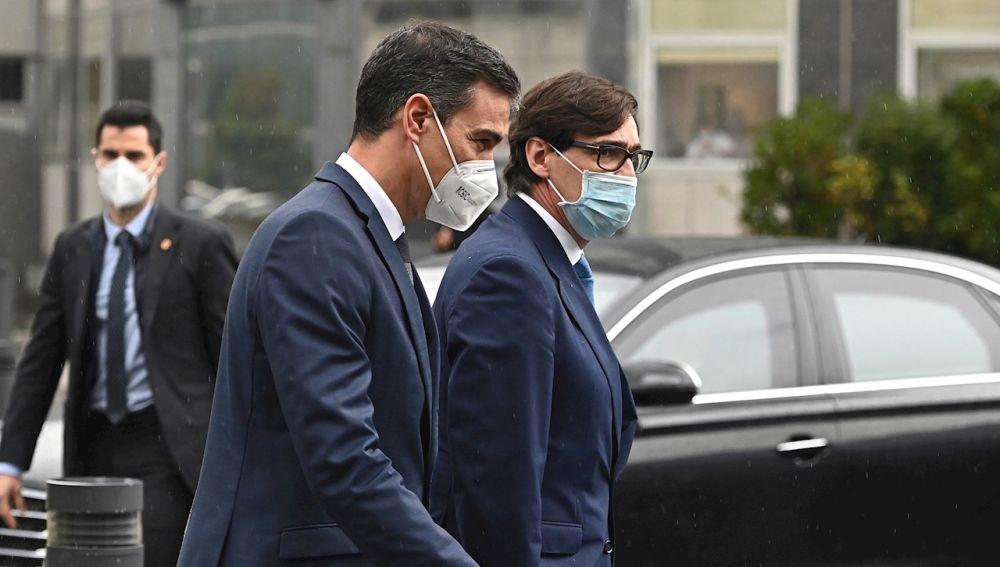 El presidente del Gobierno, Pedro Sánchez, y el ministro de Sanidad, Salvador Illa, a su llegada al Hospital La Paz (Madrid)