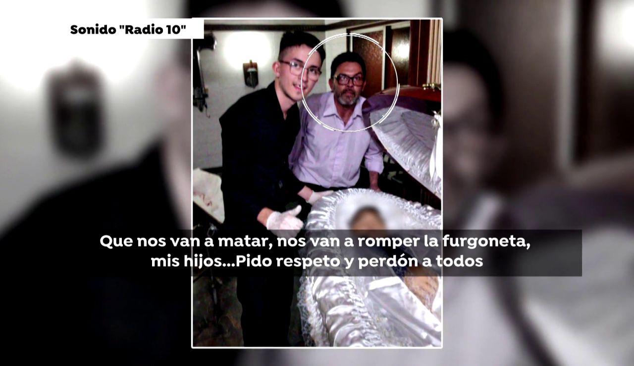 Dos empleados de la funeraria junto al cadáver de Maradona