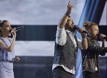 Antonio Orozco, Johanna Polvillo y Curricé cantan 'Hoy' en la Semifinal de 'La Voz'