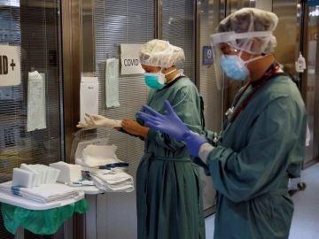 Dos profesionales sanitarios trabajando en la UCI del Hospital Vall d'Hebron de Barcelona