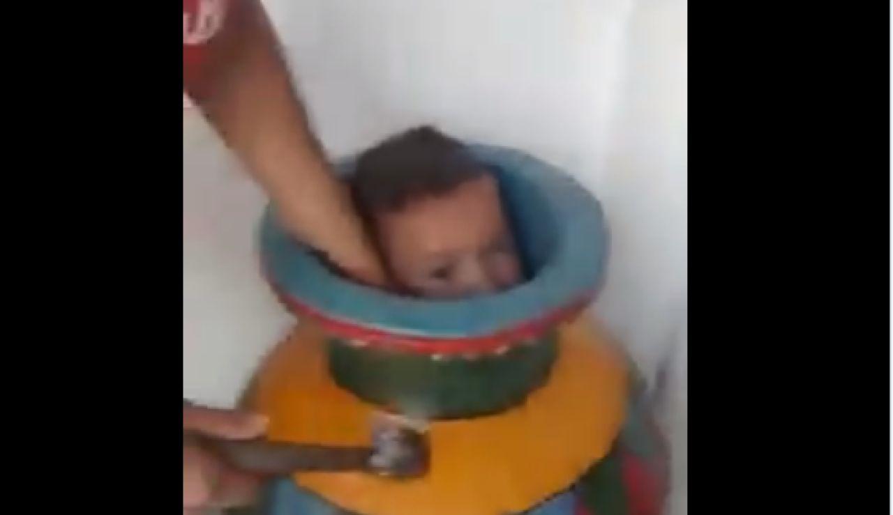 El niño atrapado en un jarrón