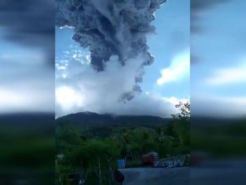 Miles evacuados en Indonesia por erupción del volcán Ili Lewotolok