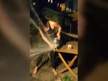 VÍDEO: Intenta servirse una pinta de un barril de cerveza pasado y estalla sobre ella