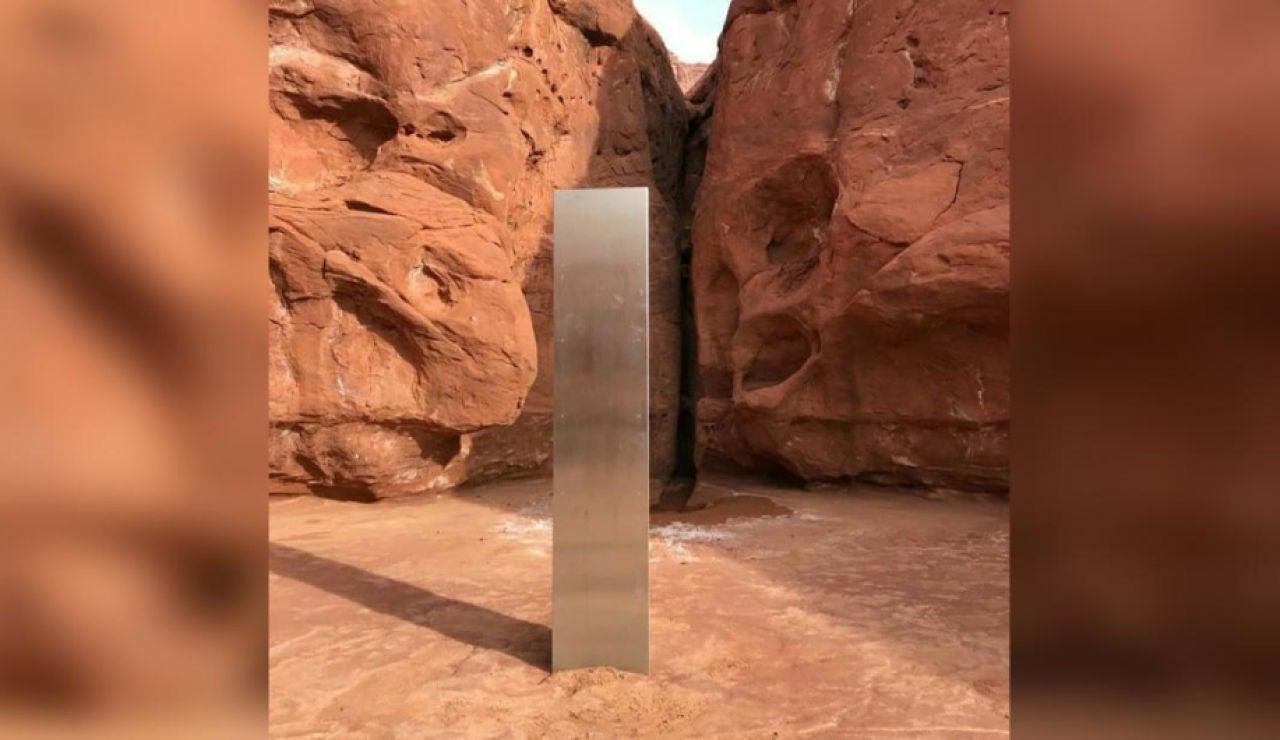 Un monolito de metal alto, plateado y brillante descubierto en el desierto en el sureste de Utah