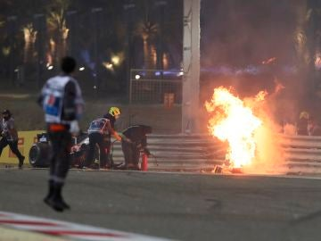 Operarios acuden al lugar del accidente de Grosjean