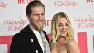 Kaley Cuoco junto a su marido Karl Cook