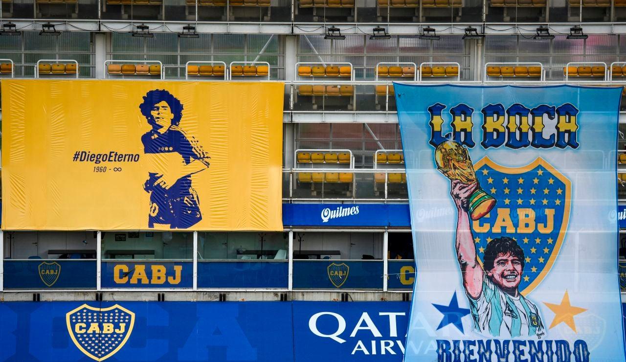 Pancartas en recuerdo a Maradona en el estadio de Boca Juniors