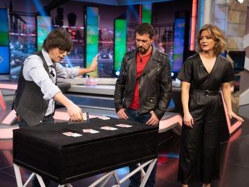 Luis Piedrahita sorprende a Antonio Banderas y María Casado con la magia de cartas más espectacular