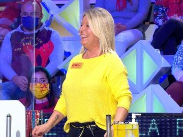 Una concursante de 'La ruleta de la suerte' viste el color de la mala suerte en la televisión a conjunto con su atril