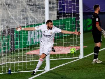 Benzema celebra el 2-1 ante Unai Simón
