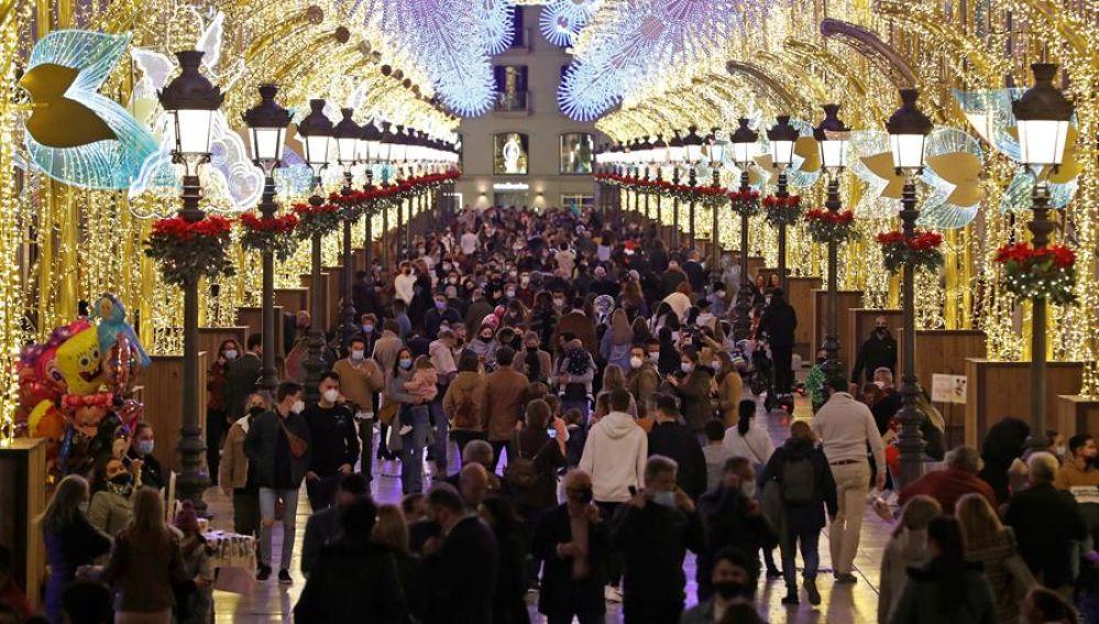 Numerosas personas recorren la céntrica calle de Larios de Málaga