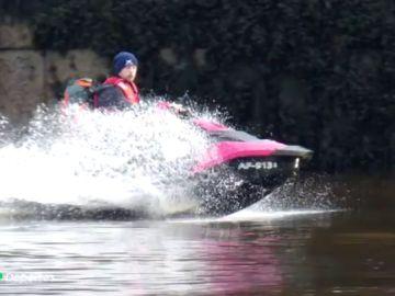 Detienen a un joven por cruzar el mar entre Irlanda y Escocia en una moto de agua para ver a su novia
