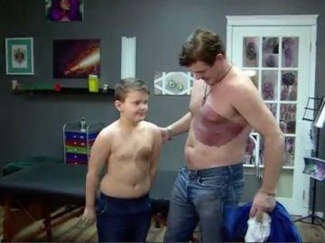 Se hace un tatuaje de 30 horas para que su hijo no esté acomplejado por una mancha de nacimiento