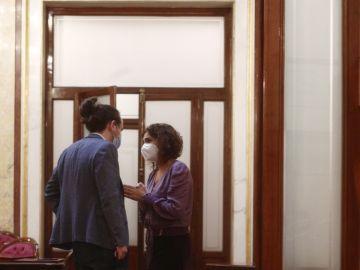 """María Jesús Montero a Pablo Iglesias en una tensa charla en el Congreso: """"No seas cabezón"""""""