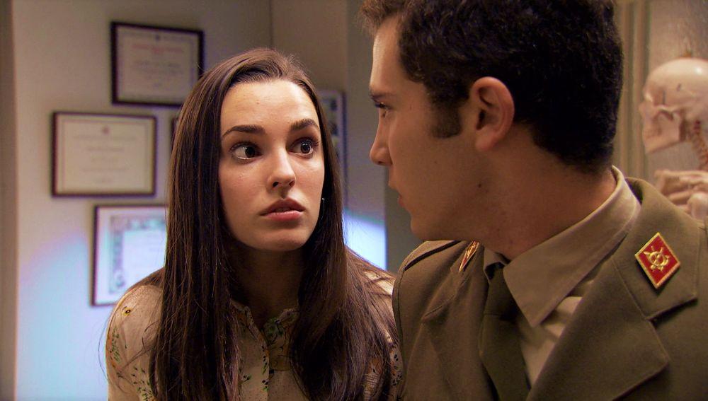 Emma y Manolín escuchan una conversación que delata su debilidad amorosa