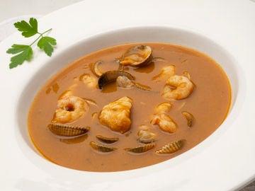 Karlos Arguiñano elabora la receta de sopa de pescado que enseñó a su hija