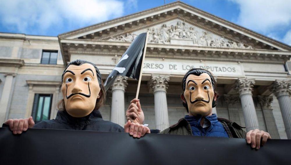 Protestas a las puertas del Congreso en contra de la ley de la eutanasia