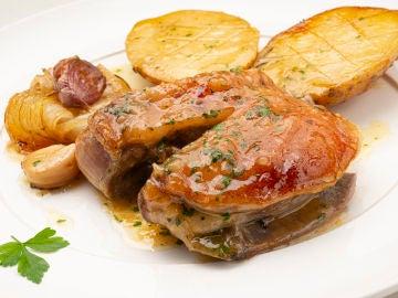 Paletilla de ternasco con patatas y cebolla
