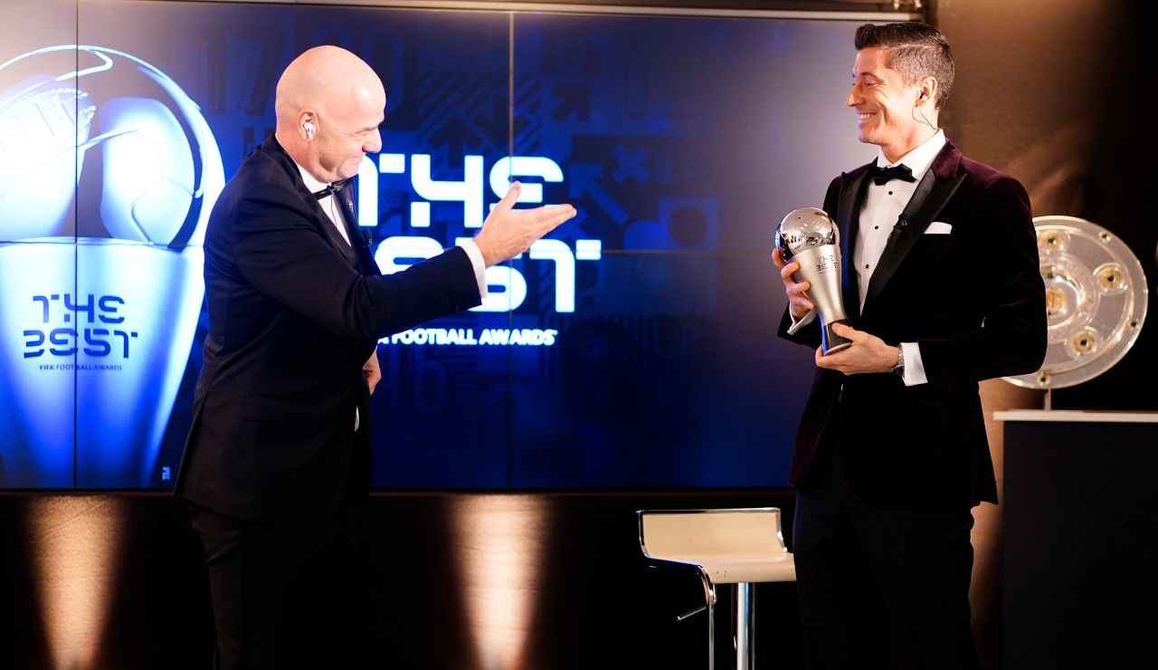 Infantino entrega el The Best 2020 a Robert Lewandowski