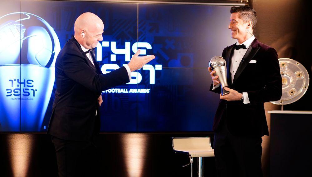 Infantino entrega el The Best 2020 a Robert Lewandowski