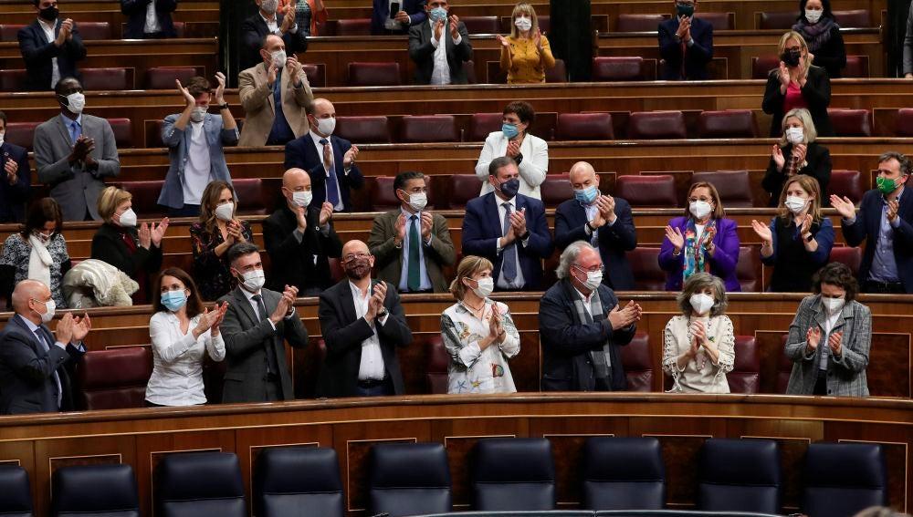 Aplausos de los diputados del PSOE a la diputada Maria Luisa Carcedo