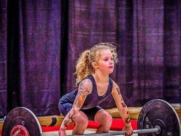 Rory van Ulft, la niña de 7 años que levanta 80 kg, provoca debate sobre el powerlifting de menores