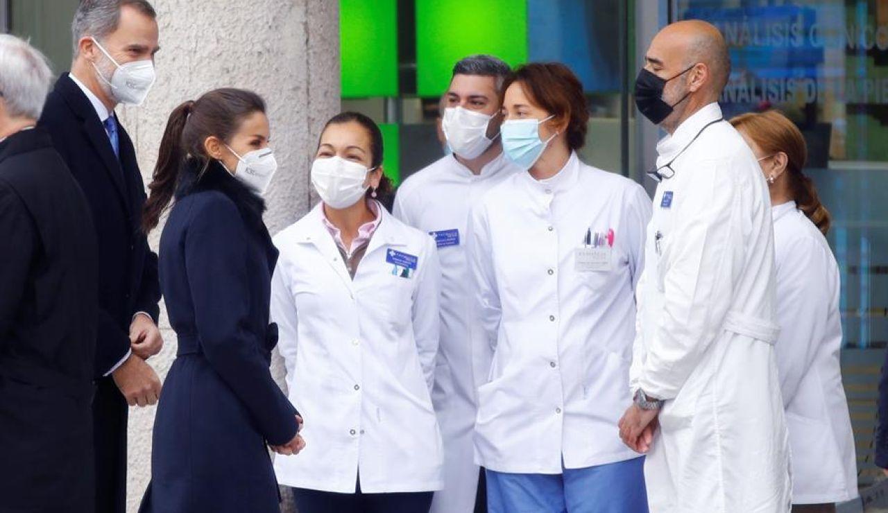 """Los Reyes en la """"Farmacia Reyes"""", la anécdota de la inauguración del monumento a los sanitarios en Madrid"""