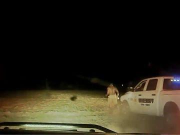 Un ayudante del sheriff atropella con el coche patrulla a un ciudadano negro