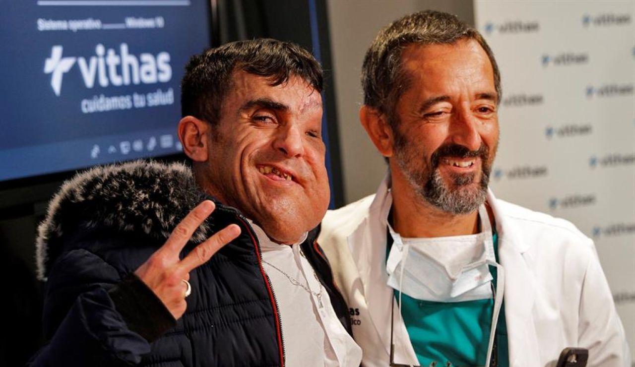 Alí sonríe junto al doctor Cavadas, plenamente recuperado