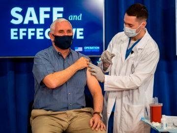 El vicepresidente de Estados Unidos, Mike Pence, es vacunado con la vacuna de Pfizer