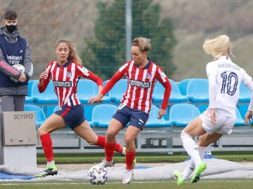 Amanda Sampedro controla el balón