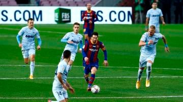 Messi conduce el balón ante el Valencia