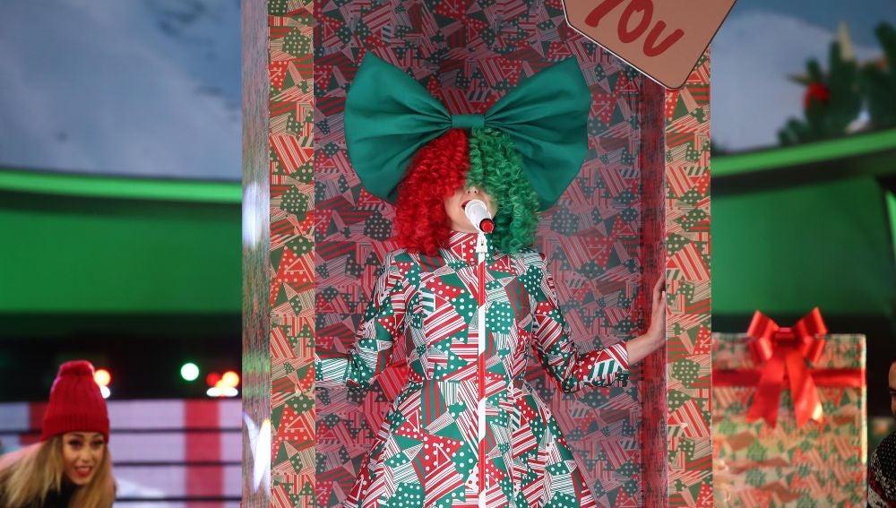 Cristina Ramos irradia felicidad esperando la llegada de Papá Noel como Sia con 'Santa's coming for us'