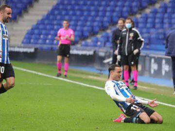 Raúl de Tomás celebra su golazo ante el Almería