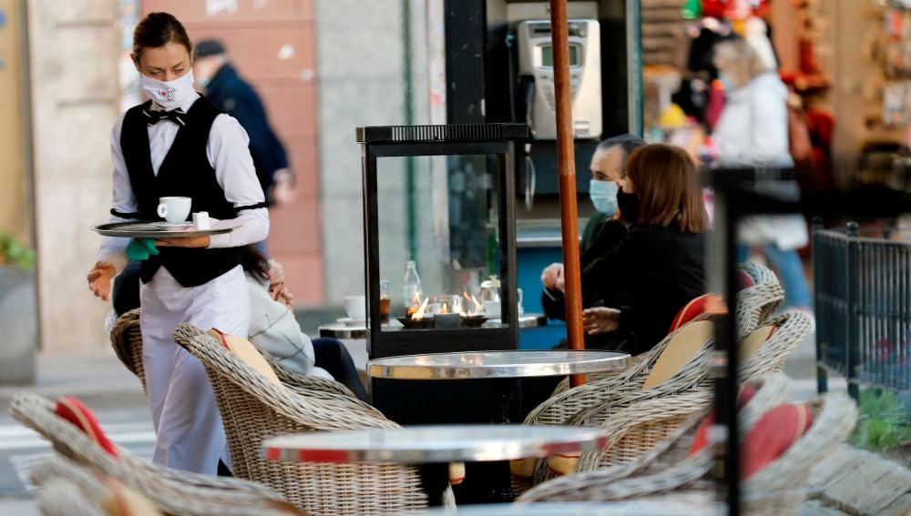 Una camarera en una terraza de Valencia