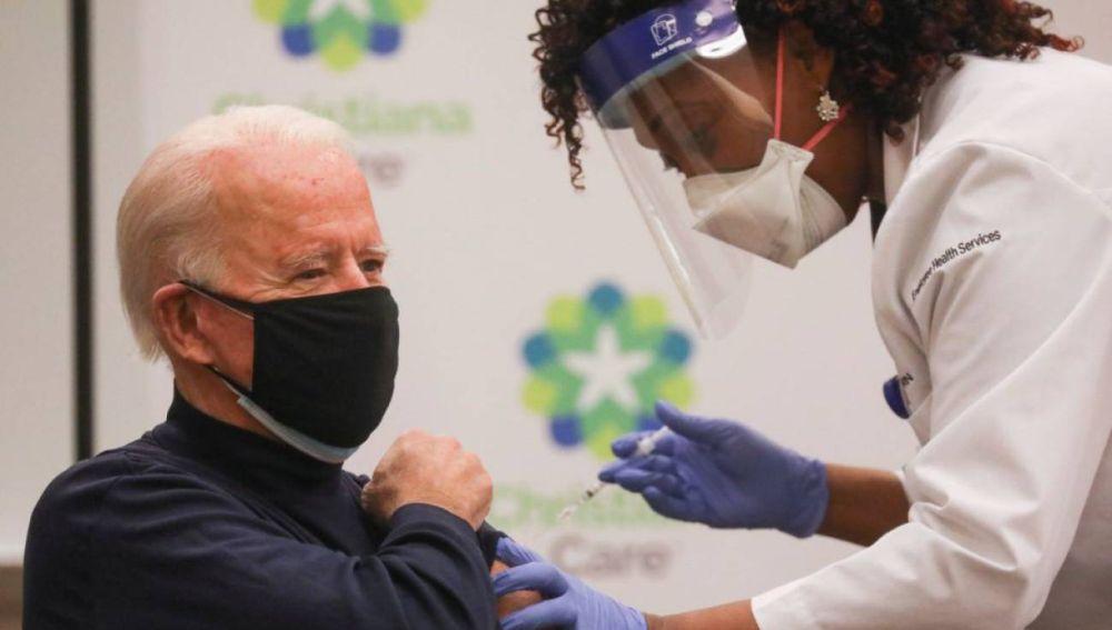 Joe Biden recibe la vacuna contra el coronavirus en directo.