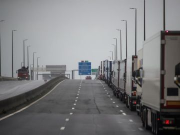 Miles de camiones atrapados en la frontera entre Francia y reino Unido