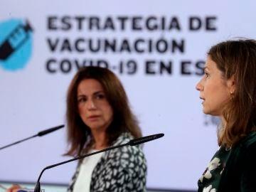 La Secretaria de Estado de Sanidad, Silvia Calzón (i), junto a la Directora de la Agencia española del Medicamento, María Jesús Lamas, durante la rueda de prensa esta tarde en el complejo de La Moncloa.