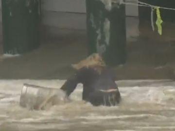 La mujer 'salvando' dos barriles de cerveza arrastrados por el mar
