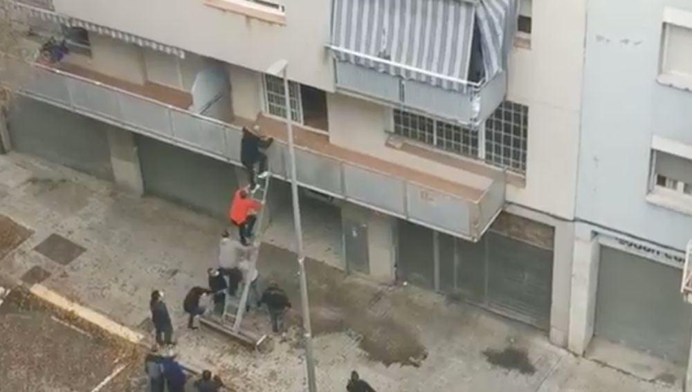 Vecino desalojan a okupas en Terrassa